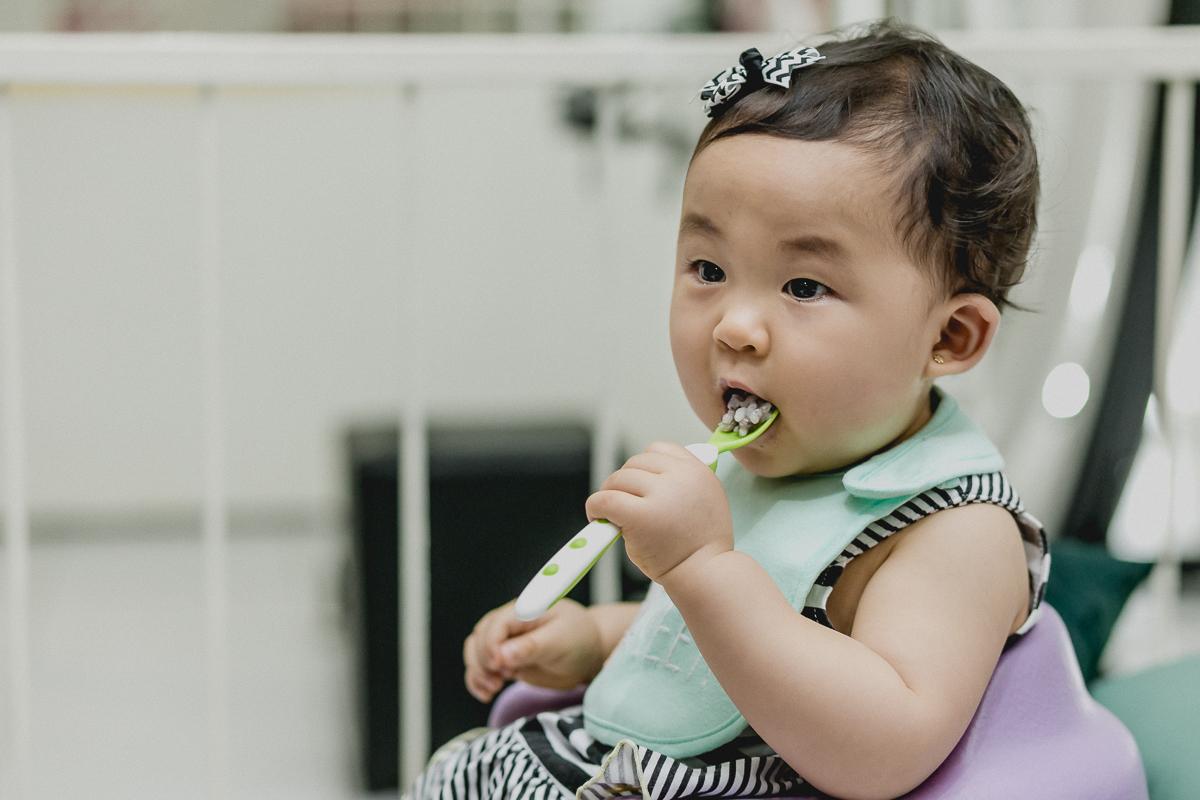 emily comendo papinha sozinha