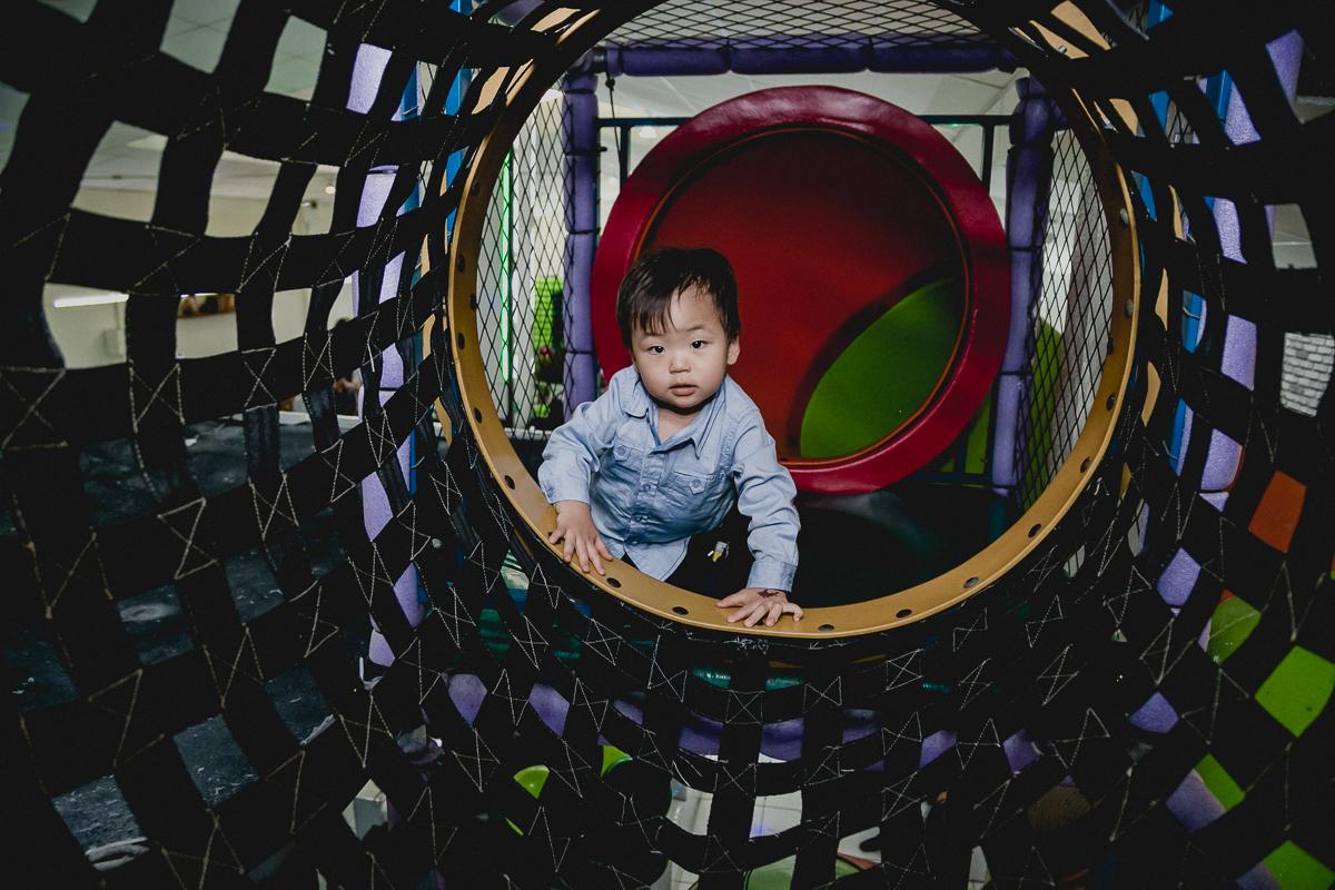 amiguinho no tunel do brinquedao