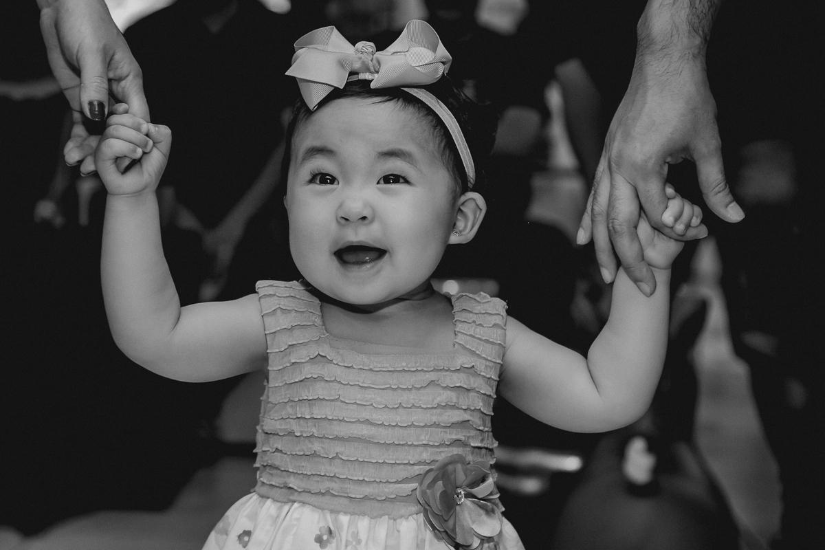 emily dançando com os pais