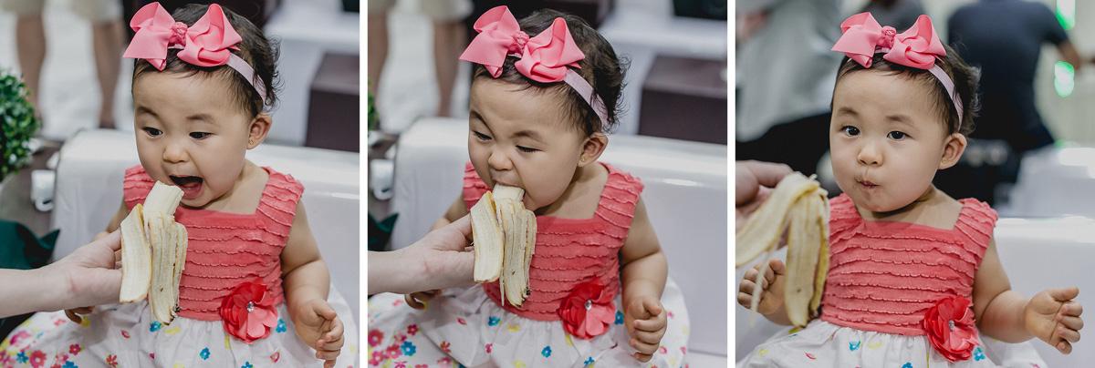 comendo banana no finalzinho da festa