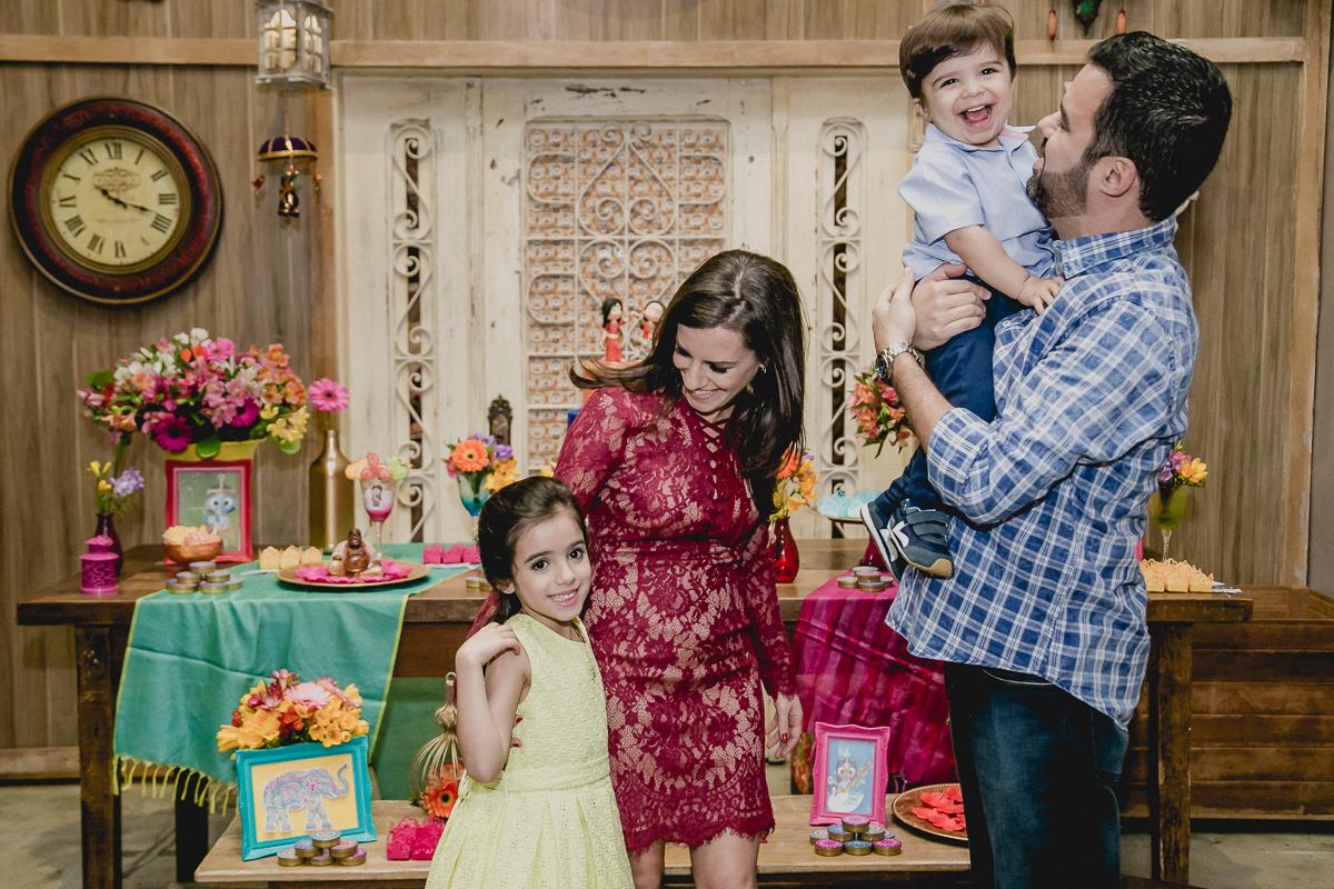 foto brincando com a familia na frente do bolo