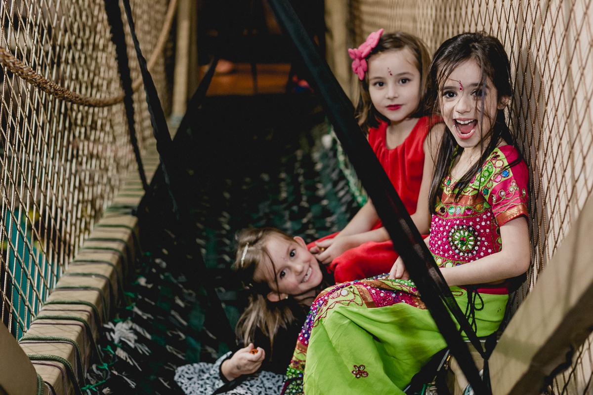 lara e amigas brincando na ponte