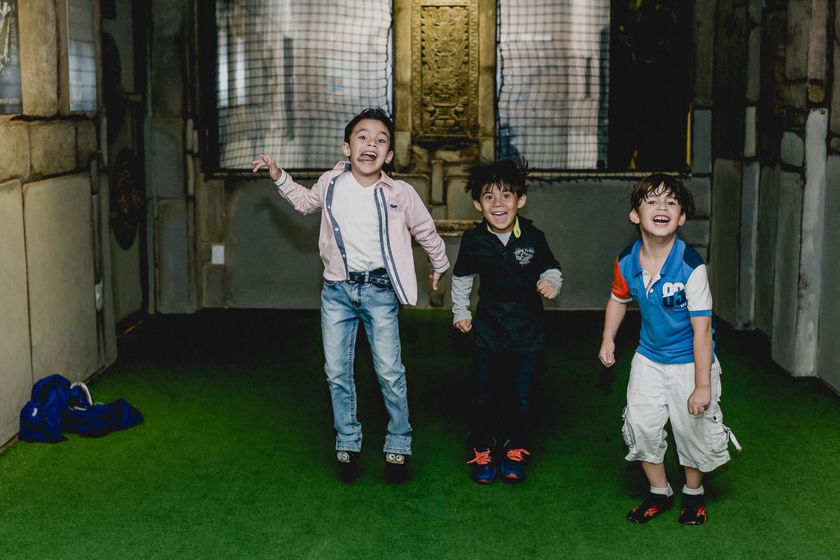 amigos pulando de alegria