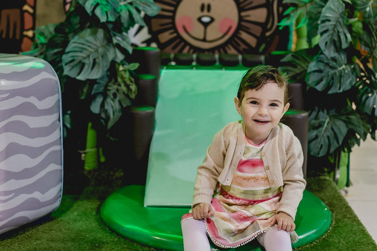 Luiza sorrindo na area baby