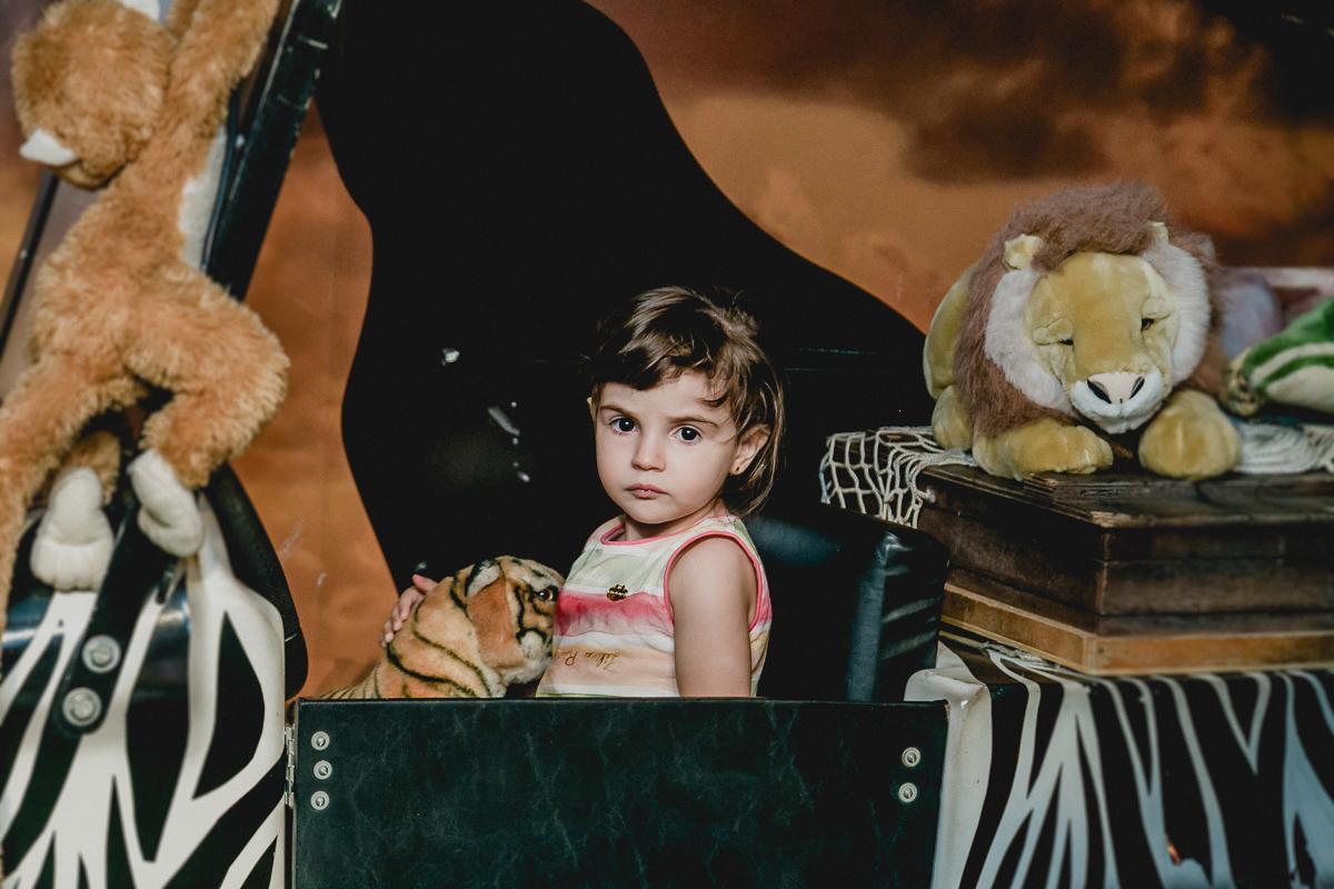 Luiza chegando no carrinho safari para o parabens