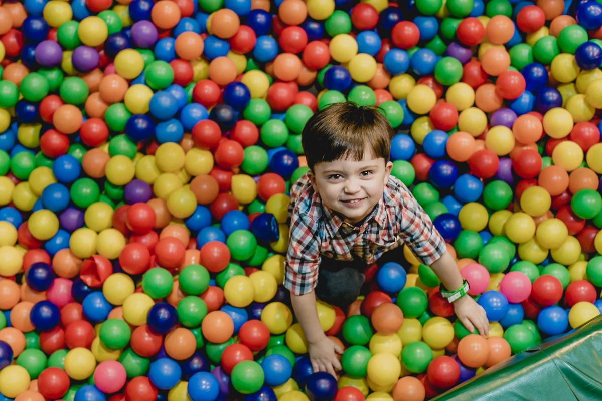 criança brincando na piscina de bolinhas