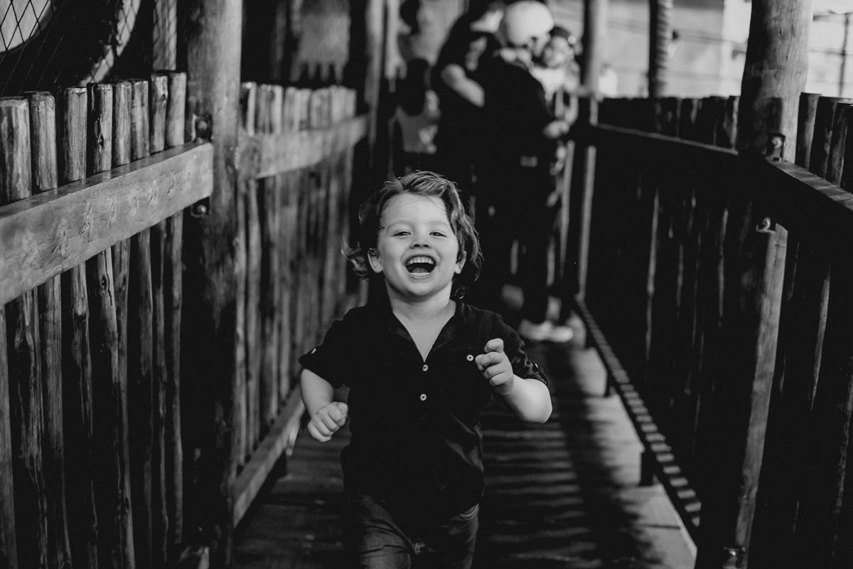 pedro correndo e dando muitas risadas