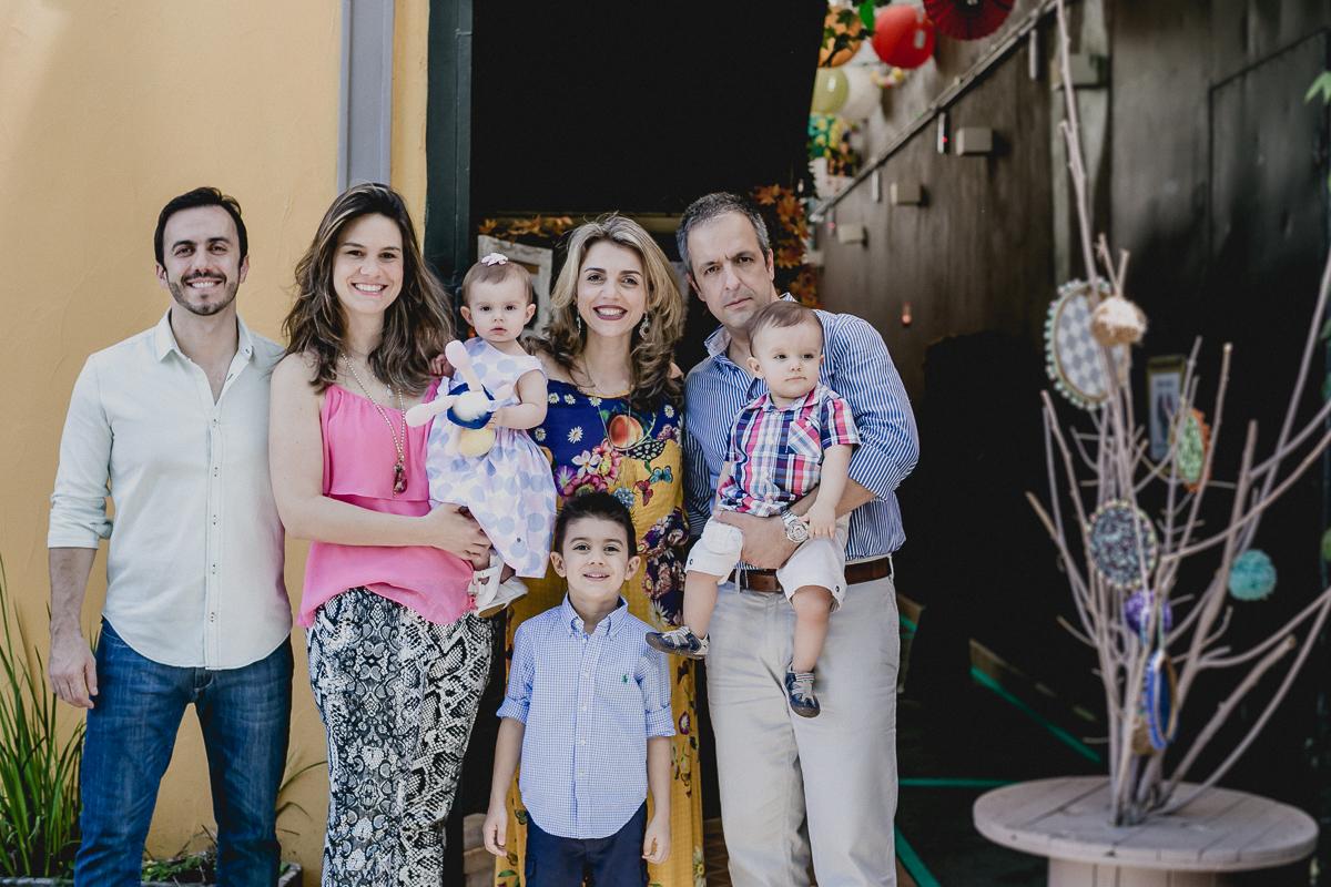 retrato da família reunida na frente do buffet