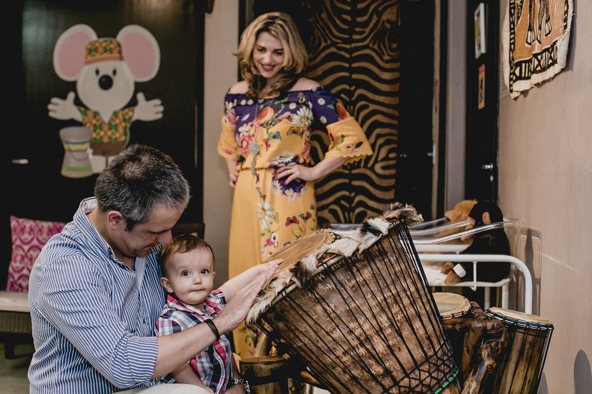 joaquim, mamae e papai tocando instrumentos musicais