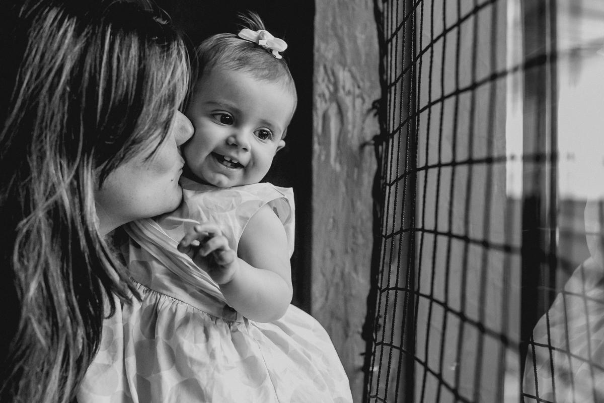 retrato de mãe e filha com luz de janela
