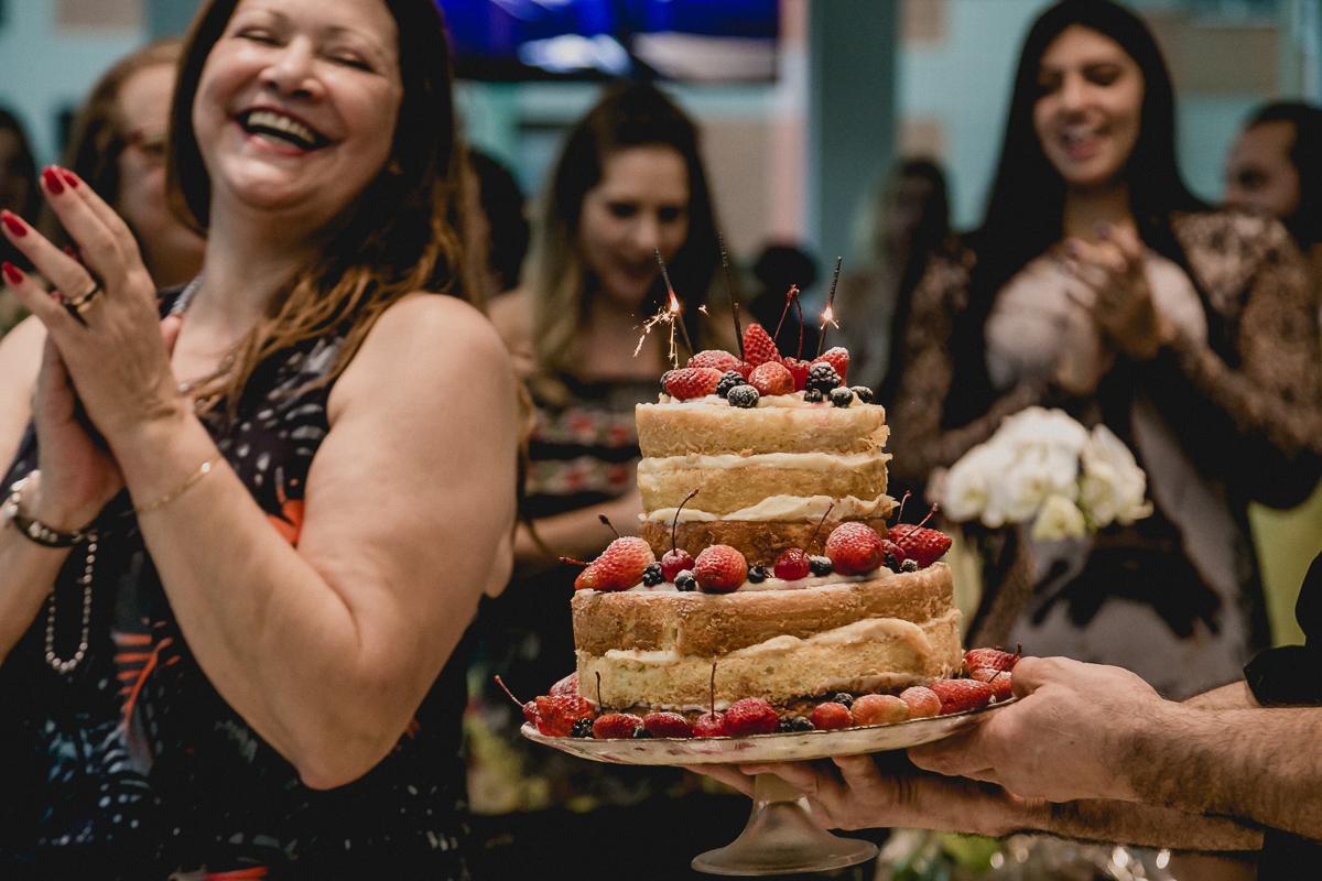 chegando o bolo para cantar o parabéns