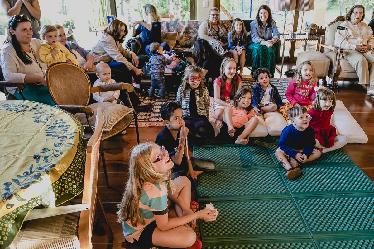 crianças assistindo ao show do palhaço
