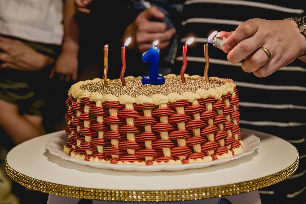 acendendo a vela do bolo