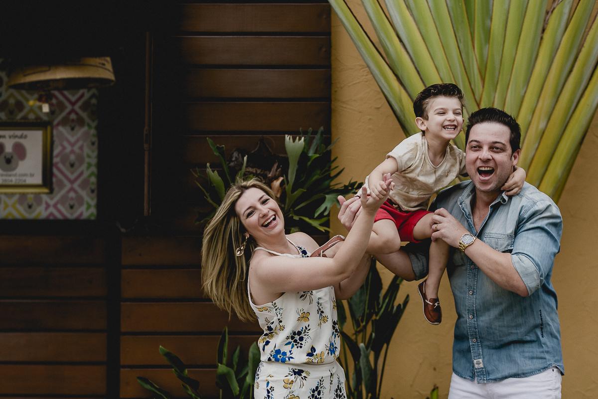 retrato em família na porta do buffet miniland
