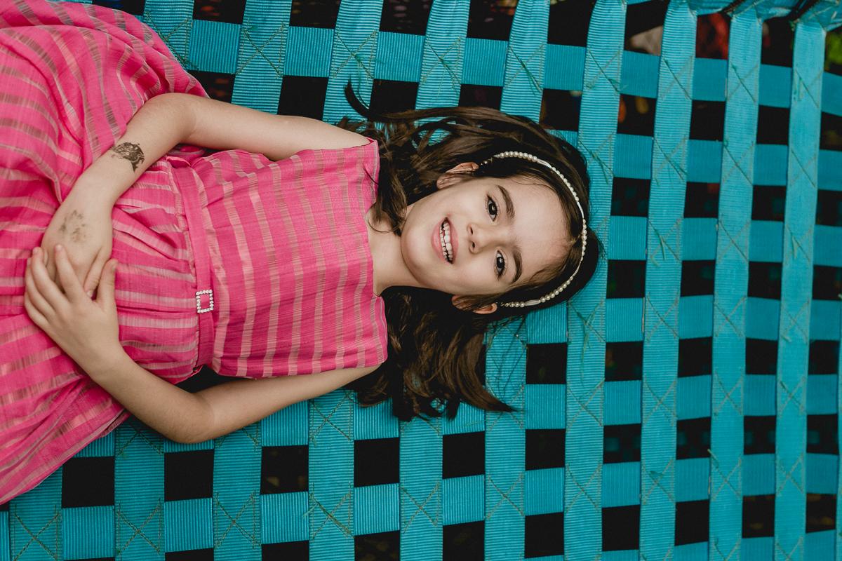 retrato na ponte azul de vestido rosa