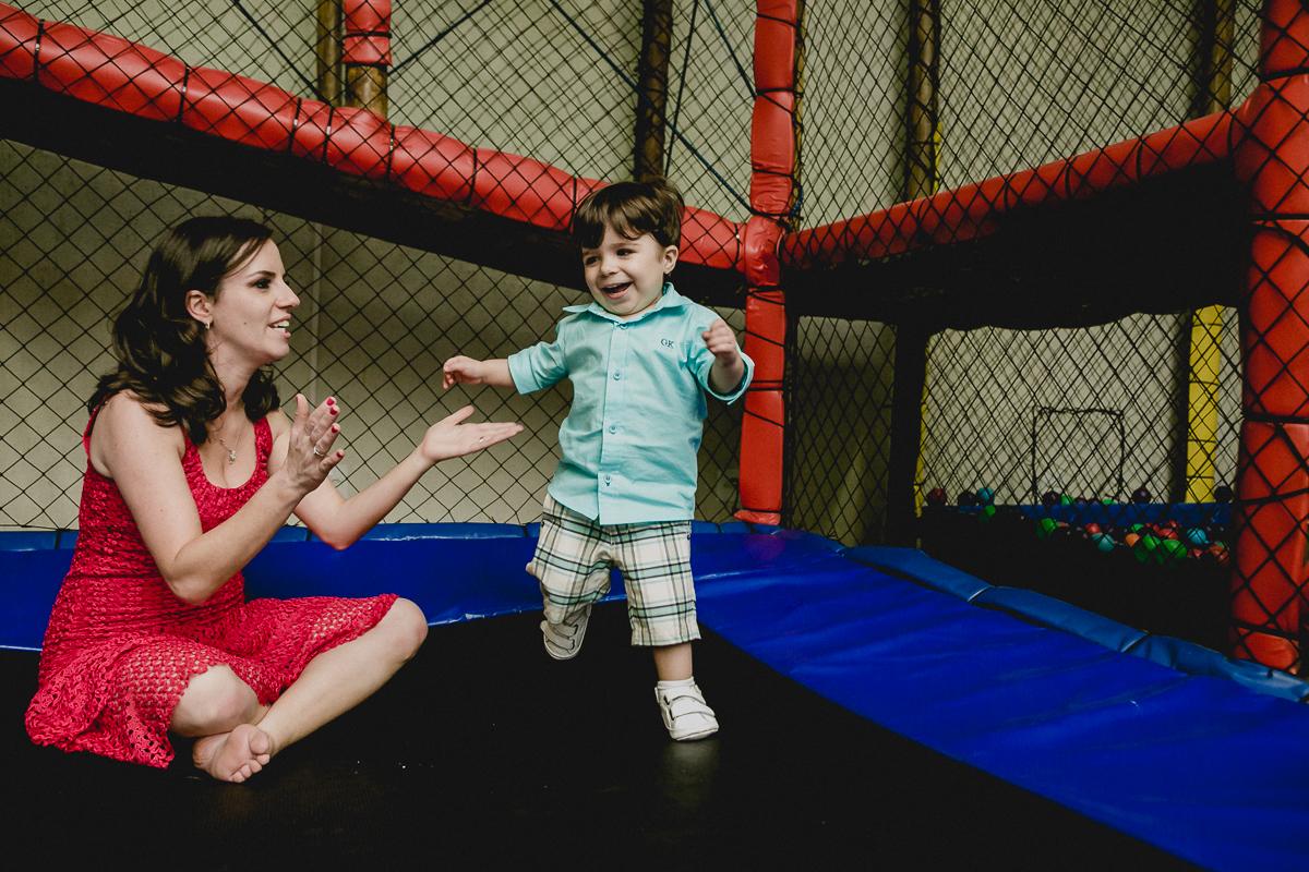 se divertindo no pula pula com a mamãe