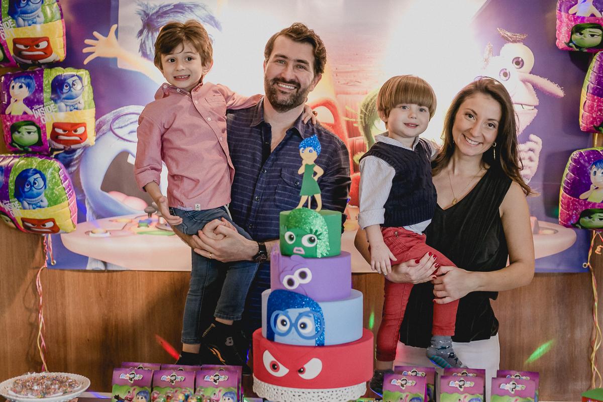foto em familia na mesa do bolo