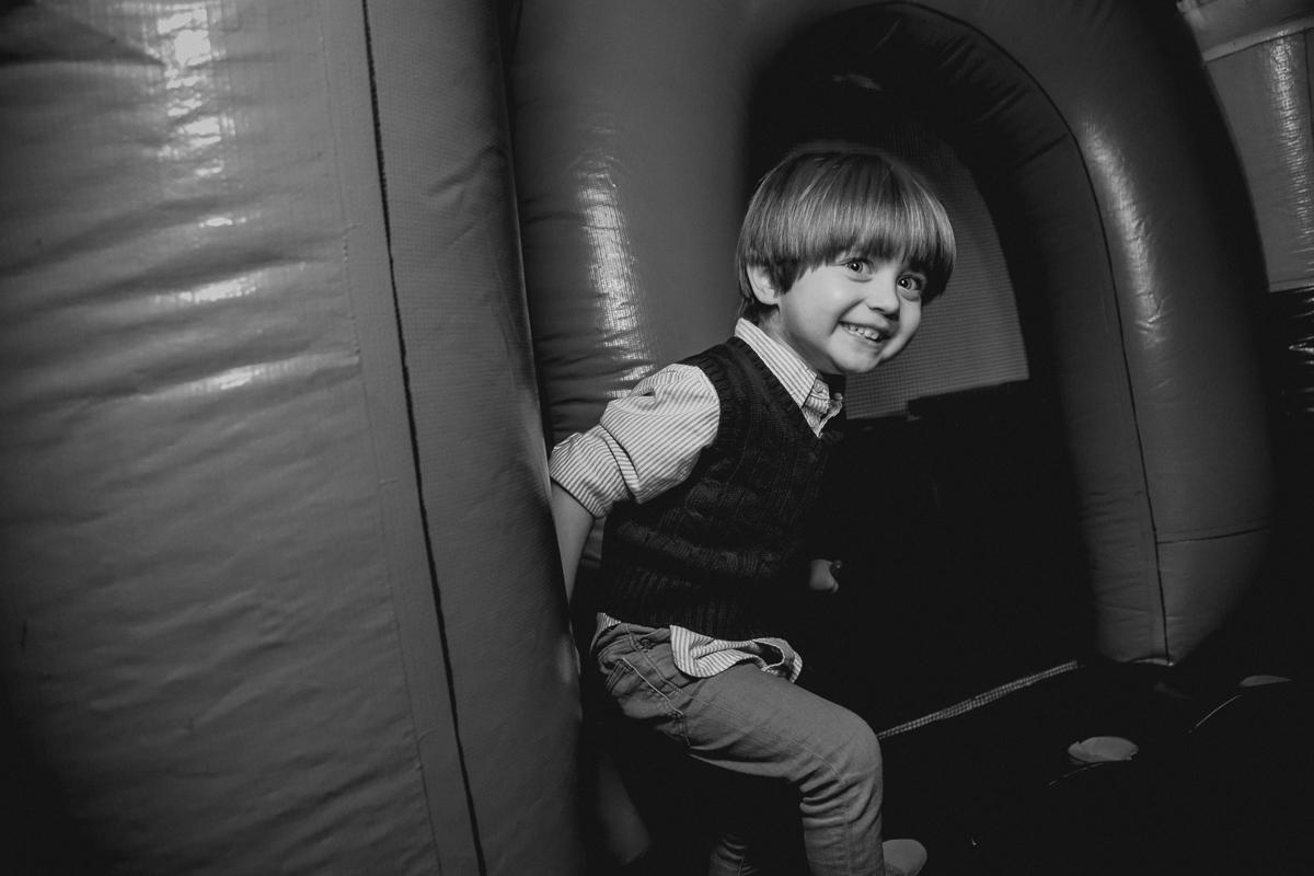 brincando no brinquedo inflavel e sorrindo muito