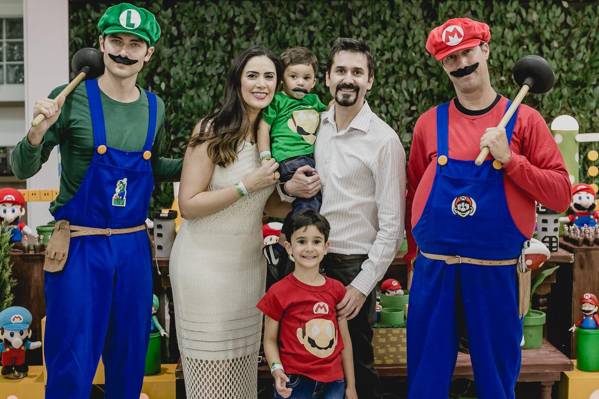 retrato de familia com o mario e o luigi na mesa do bolo