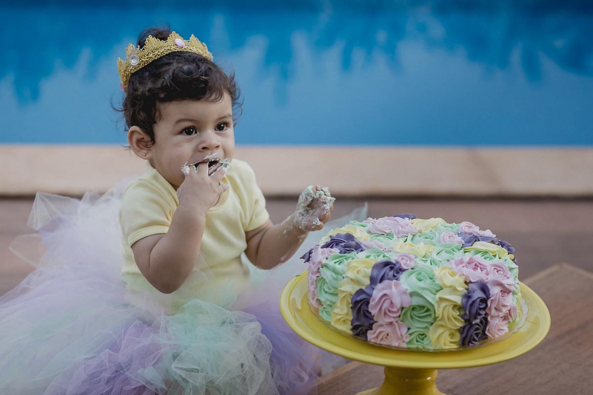 comendo o bolo pela primeira vez