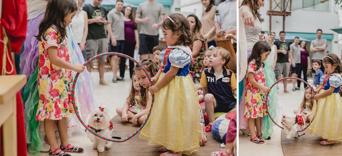 participando e fazendo a cachorrinha passar por dentro do bambolê