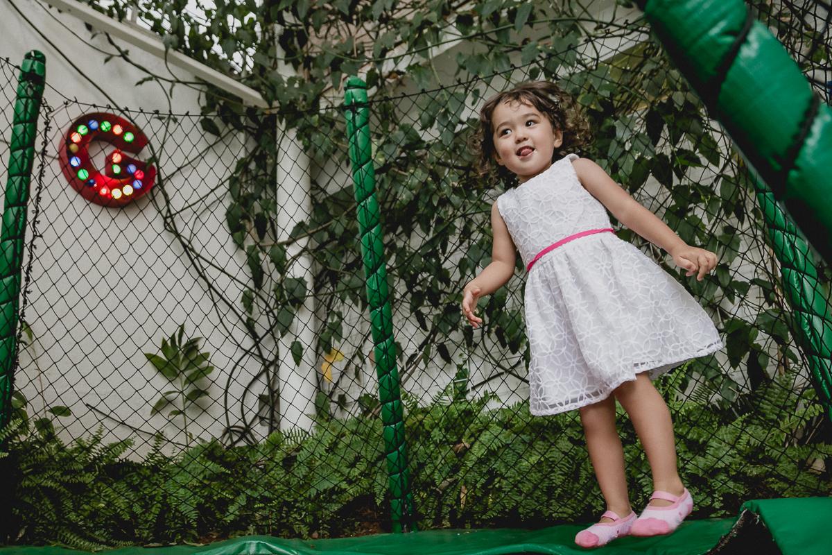 bibi brincando no pula pula