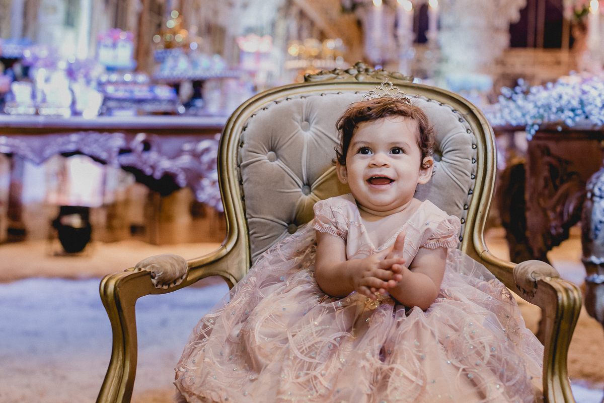 lia sorrindo na poltrona da princesa