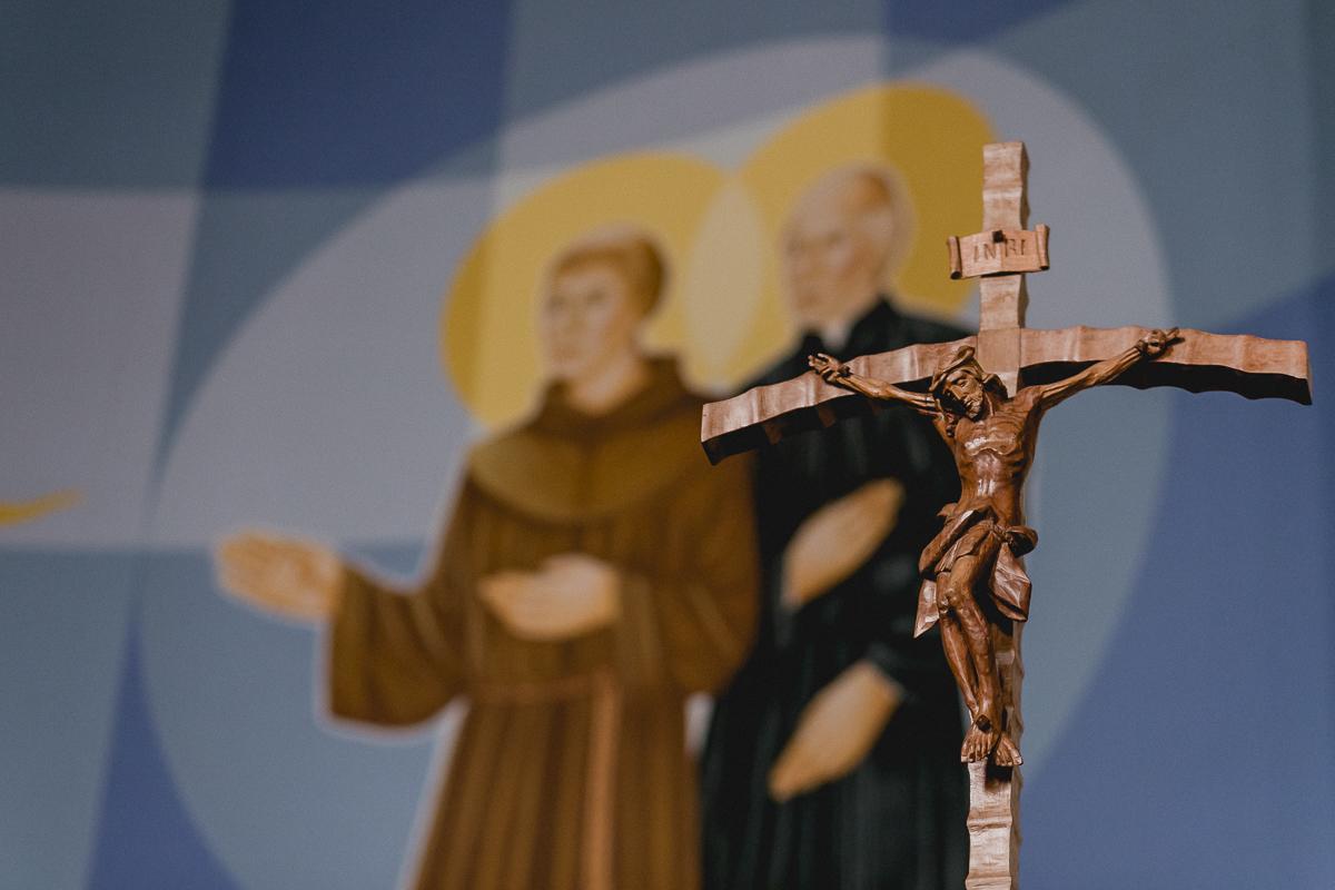 Detalhe da cruz dentro da igreja