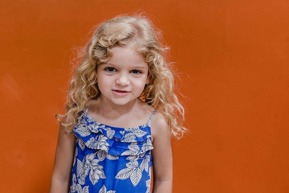 retrato da amiguinha na parede laranja
