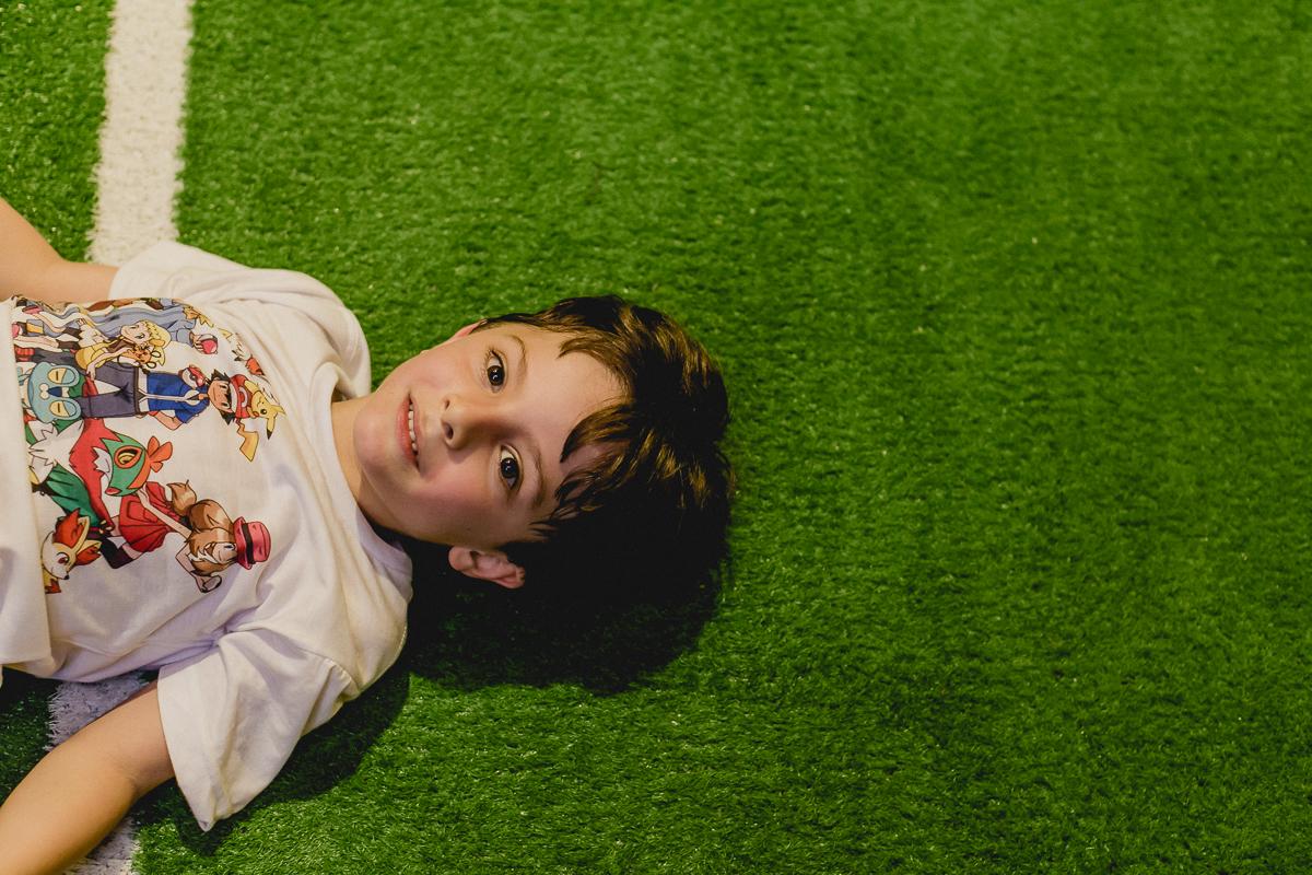 Retrato do Pedro no final da festa na quadra de futebol