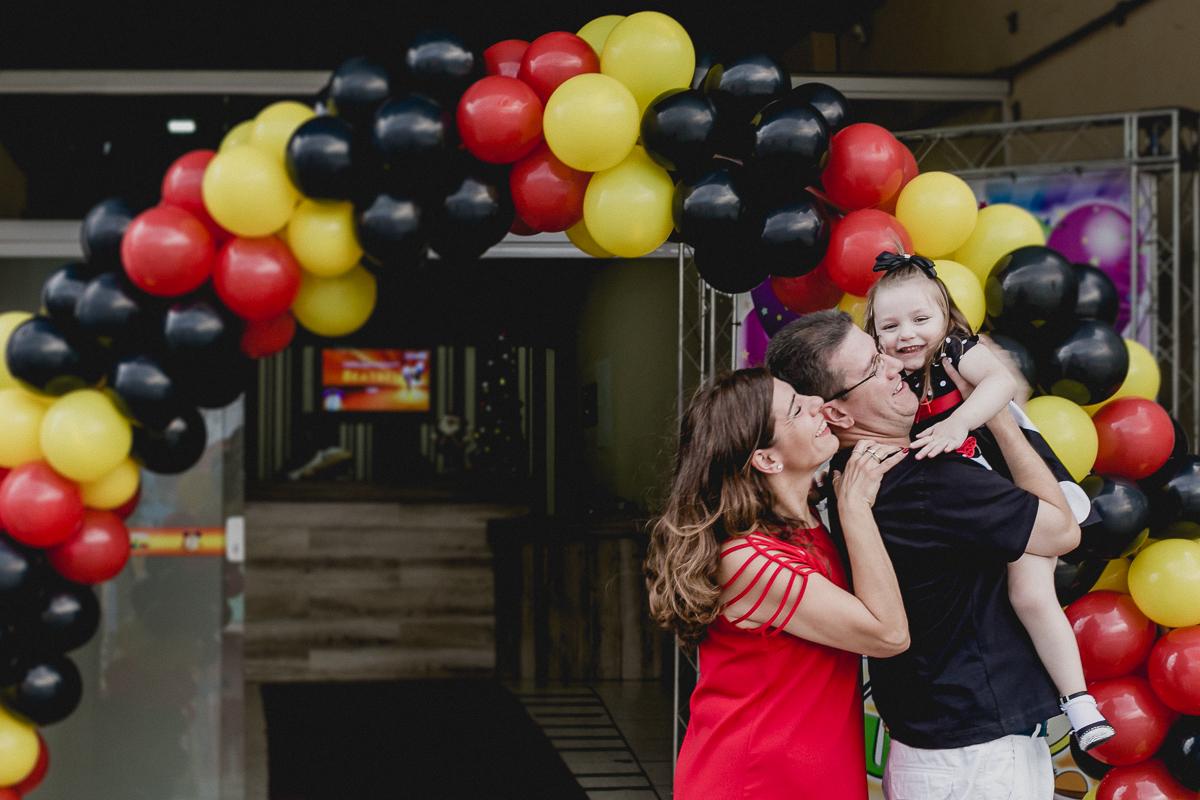 fotografia de familia na frente do buffet hora da bagunça