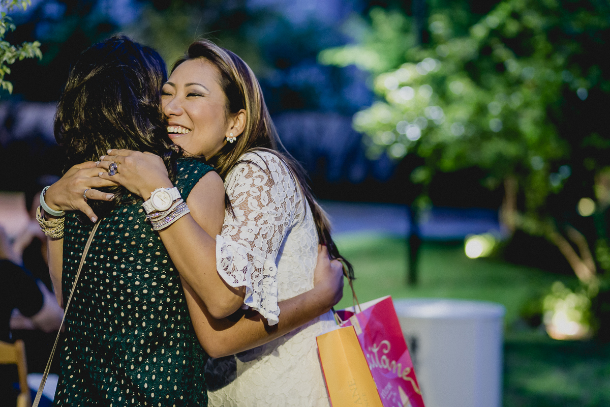 abraçando os convidados
