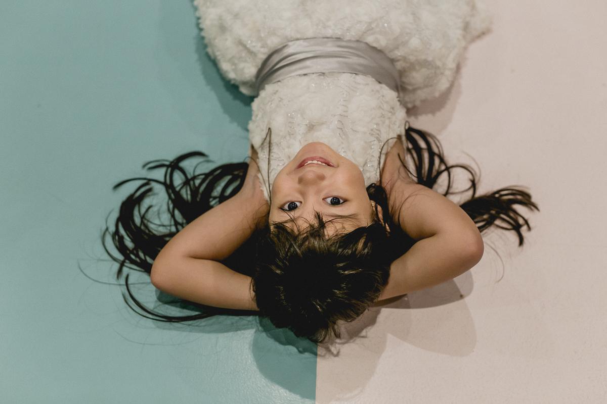 Juju deitada no chão