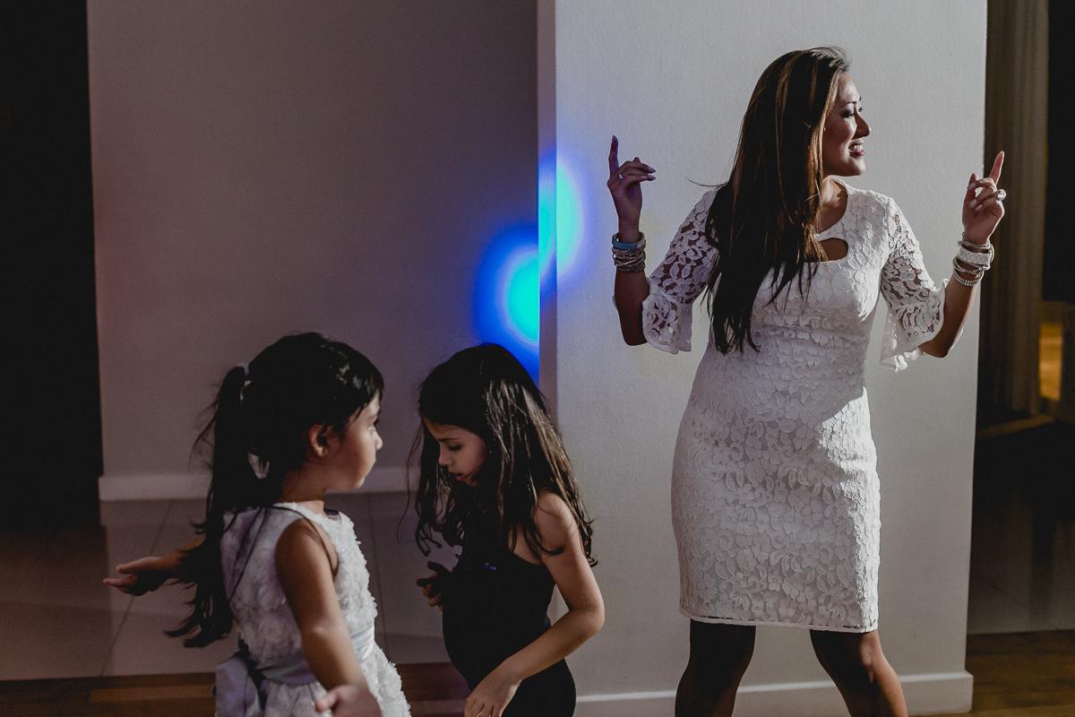 Dançando com os convidados na festa