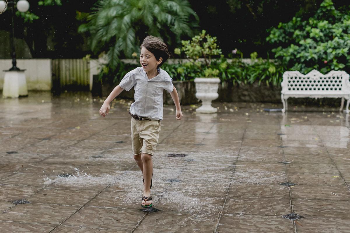 theo se divertindo e pisando na poça de agua