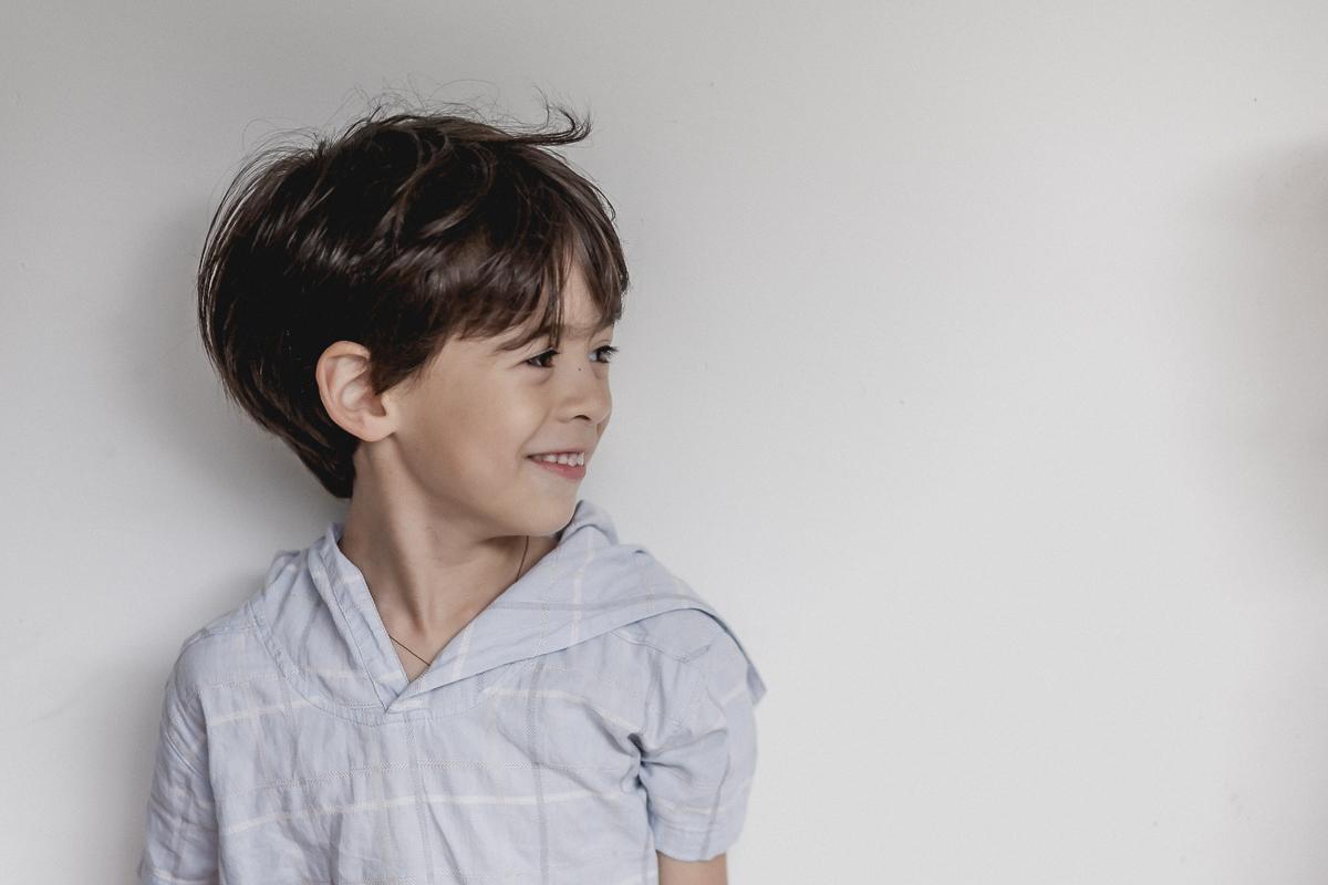 theo sorrindo na sua festa de seis anos