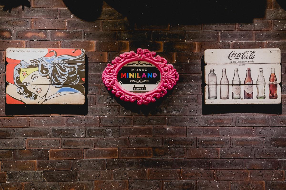 detalhe da parede decorada do buffet miniland