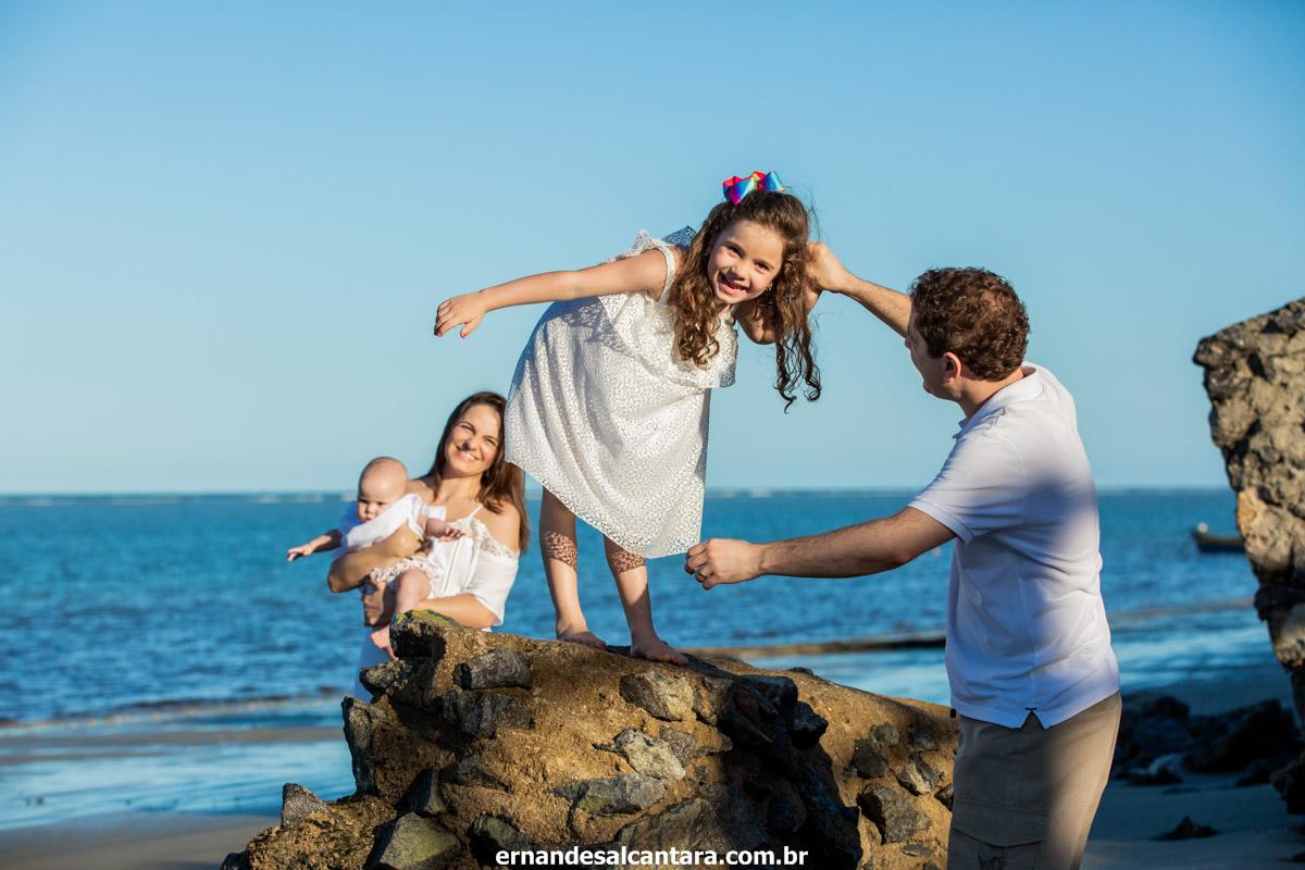 ensaio família Karina  e Thiago=Júlia Mariana por ERNANDES ALCÂNTARA na PRAIA na cidade de PORTO SEGURO-BA onde mostra a família em momentos de felicidade
