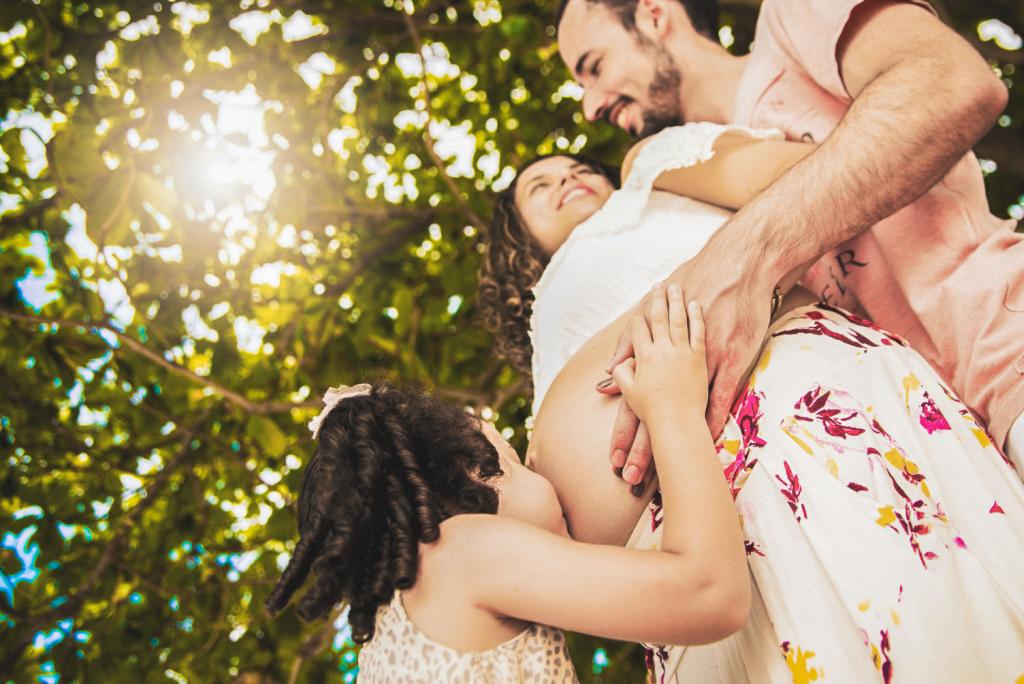 ensaio fotografico gestante mãe pai book fotografia praia família irmã mais velha gravida casal natureza gravidez maternidade externo mar sol rio de janeiro Niterói são Gonçalo
