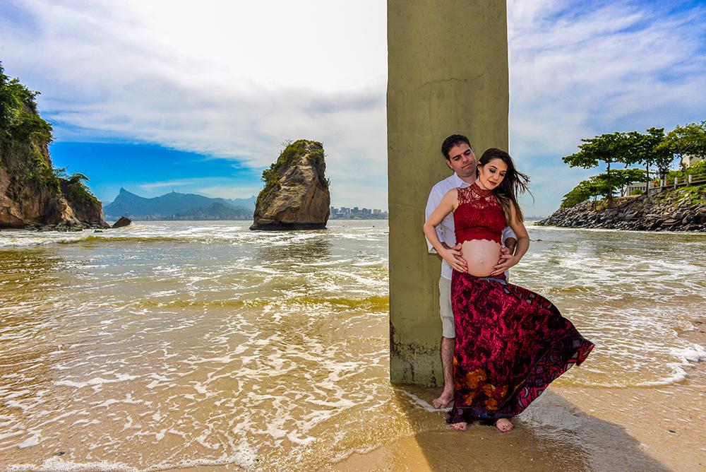 ensaio fotografico gestante mãe pai book fotografia praia gravida look cropped e saia longa gravidez maternidade externo casal praia mar rio de janeiro niteroi são Gonçalo