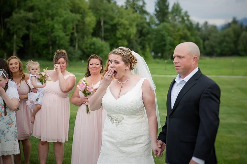 Imagem capa - A noiva de 40 anos deixa uma cadeira reservada para seu filho morto. Mas, ao ver quem chega para a cerimônia, ela não pode se conter. por Tom Oliveira