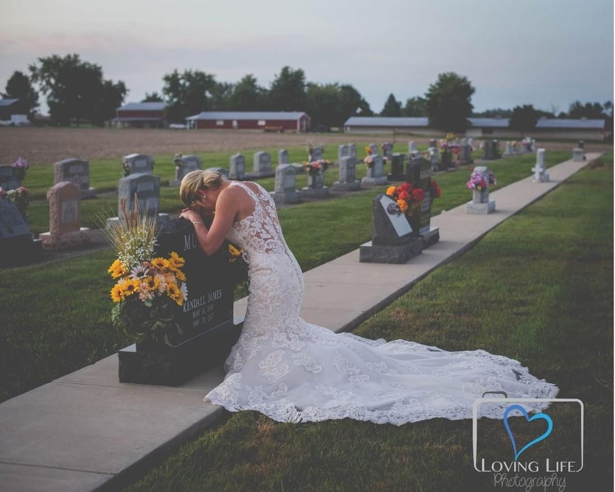 Imagem capa - Vestida de noiva, jovem vai a túmulo de bombeiro no dia em que iriam se casar por Tom Oliveira