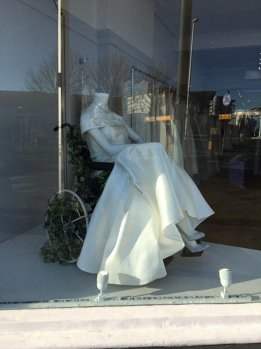 Imagem capa - Na Inglaterra, loja de vestidos de noiva encanta ao colocar manequim cadeirante em vitrine por Tom Oliveira