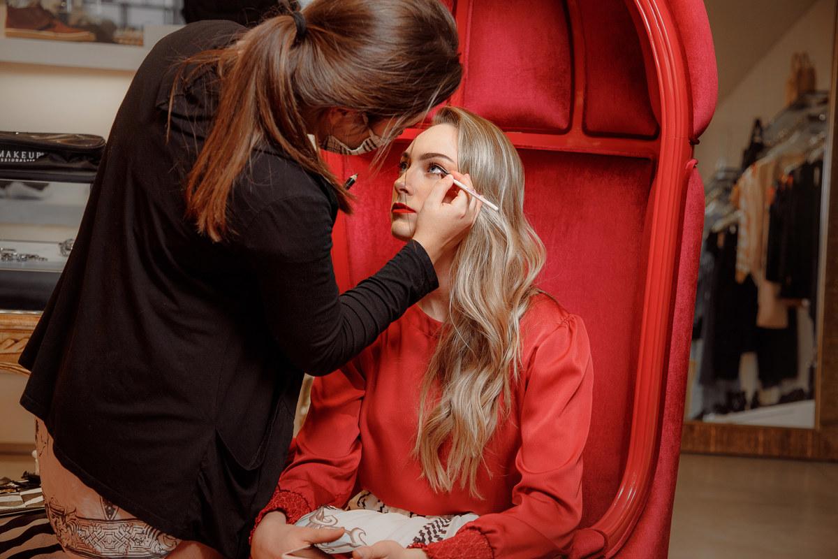 Imagem capa - Motivos para investir em uma maquiagem para ensaio fotográfico por Mari Nunes