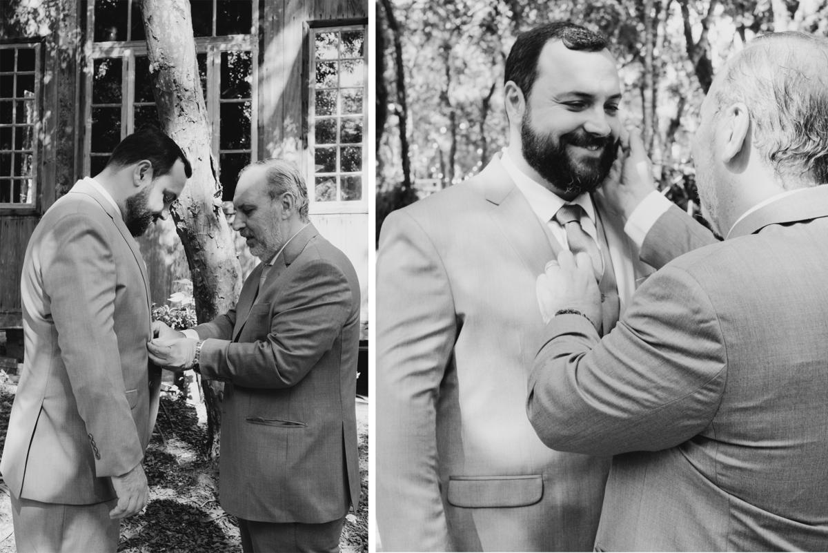 noivo se arrumando com seu pai antes da cerimonia