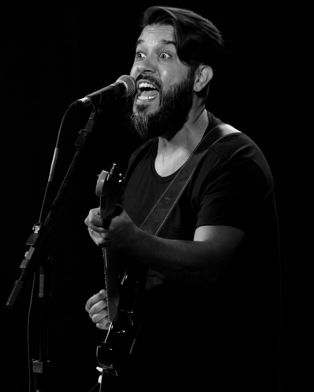 Tiago Corrêa durante show da REVERB no Sesc Concórdia.  #reverb #musica #show #sescsc #poesia