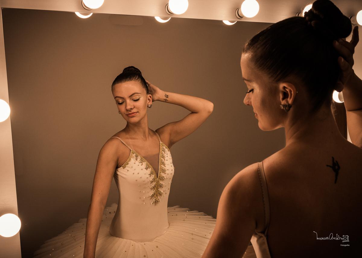 A bailarina, Brenda Lima, no camarim, preparando-se para seu ensaio.  #bailarina #ballet #danca #