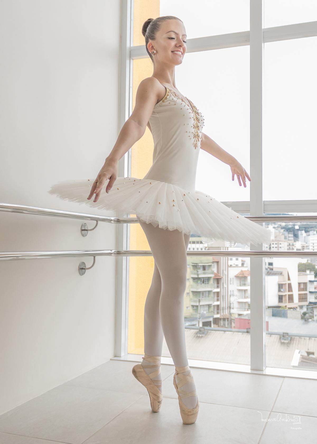 Brenda Lima em um click com a cidade de Concórdia ao fundo.  #bailarina #ballet #danca #