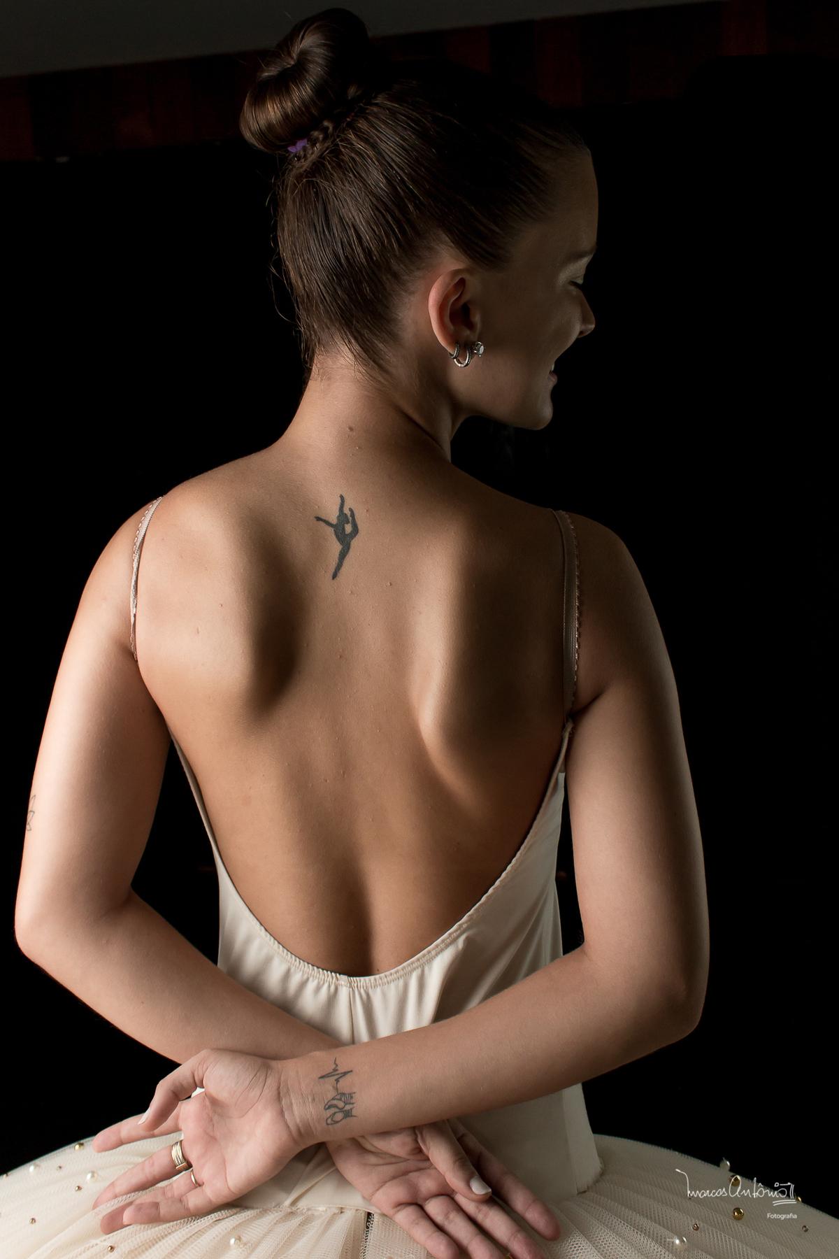 A bailarina, Brenda Lima, no camarim, preparando-se para seu ensaio.  #bailarina #ballet #danca