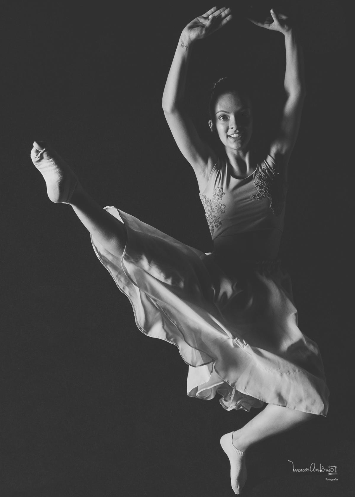 Um salto em p&b de Brenda Lima.  #bailarina #ballet #danca #